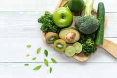 sunda matar Den organiska och nya gröna grönsaken för detox, bantar och väger förlust på det vita trä fotografering för bildbyråer