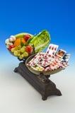 Sunda medicinska preventivpillerar för mat kontra Royaltyfri Fotografi