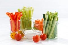 sunda mellanmål, blandade grönsaker och yoghurt på vit bakgrund royaltyfri bild