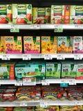 Sunda mellanmål och Apple sås som är till salu i en livsmedelsbutik arkivfoto