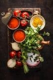 Sunda nya ingredienser för tomatsoppa på mörk lantlig köksbordbakgrund, bästa sikt royaltyfri foto