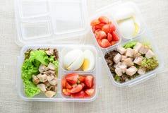 Sunda och rena foods i en ask royaltyfri foto