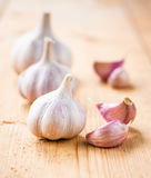 Sunda organiska hela vitlökgrönsaker och kryddnejlikor på det trä Arkivfoton