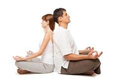 Sunda par i yogaposition på vit Fotografering för Bildbyråer