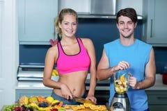 Sunda par som förbereder en smoothie Royaltyfria Foton