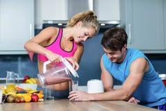Sunda par som förbereder en smoothie Royaltyfri Bild