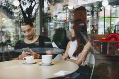 Sunda par som har kaffe tillsammans Arkivfoto
