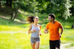 Sunda par som joggar i natur Royaltyfri Foto