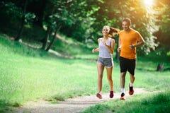 Sunda par som joggar i natur Royaltyfri Bild