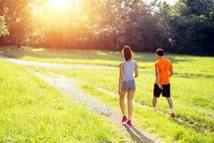 Sunda par som joggar i natur Arkivbild