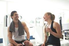 Sunda par som kopplar av efter genomkörare i idrottshallen Fotografering för Bildbyråer