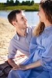 Sunda par som kopplar av på stranden Arkivbild