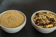 Sunda quinoasädesslag, råriers och havremjöl i en bunke Begrepp av sunda kolhydrater Royaltyfri Fotografi