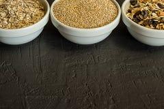 Sunda quinoasädesslag, råriers och havremjöl i en bunke Begrepp av sunda kolhydrater Royaltyfri Bild