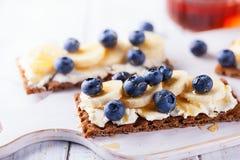 Sunda smörgåsar med bäret Arkivbild