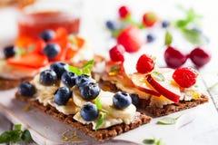Sunda smörgåsar med bäret Arkivbilder