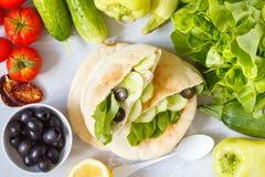 Sunda smörgåsar med grönsaker och tofuen i pitabröd Fotografering för Bildbyråer