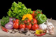 Sunda smakliga grönsaker på stenyttersida Arkivfoto