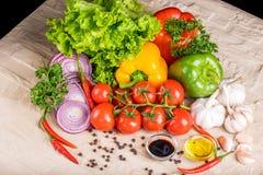 Sunda smakliga grönsaker på stenyttersida Royaltyfri Fotografi