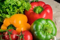 Sunda smakliga grönsaker på stenyttersida Royaltyfria Bilder
