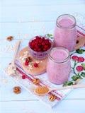 Sunda smoothies från bär, havremjölet, muttrar och farin Fotografering för Bildbyråer