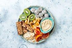 Sunda strikt vegetarianefterrättmellanmål - proteingranolastänger, hemlagade rå energibollar, kasjusmör, rostade kokosnötch royaltyfri fotografi