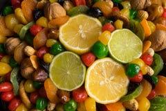 Sunda torkade frukter blandar med citronen och limefrukt royaltyfri bild