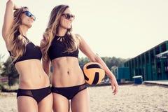Sunda unga kvinnor som skrattar med beachball arkivbild