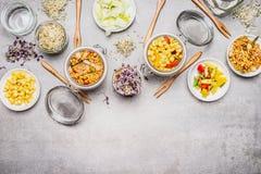 Sunda vegetariska havresallader Olik sallad i glass krus på grå färger stenar bakgrund Royaltyfri Foto