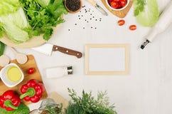 Sunda vegetariska ingredienser för ny grön sallad och kitchenware för vår på det vita wood brädet, bästa sikt, kopieringsutrymme  Fotografering för Bildbyråer
