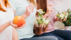 Sunda weightloss bantar kvinnlig konditionsallad för mat arkivfoto