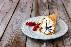 Sundae παγωτού στο γκρίζο ξύλινο υπόβαθρο Στοκ εικόνα με δικαίωμα ελεύθερης χρήσης