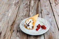 Sundae παγωτού στο γκρίζο ξύλινο υπόβαθρο στοκ εικόνες με δικαίωμα ελεύθερης χρήσης
