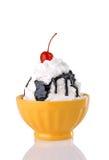 Sundae quente do Fudge com creme e a cereja chicoteados Imagens de Stock Royalty Free