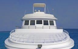 Sundeck avant d'un grand yacht de moteur Photographie stock libre de droits