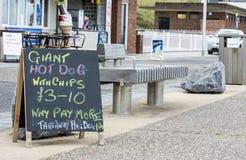 Sunderland, R-U - 24 août 2014 : Signes de nourriture à un café de bord de la mer Photo libre de droits