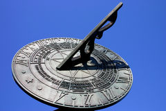 Sundial contro cielo blu Immagine Stock