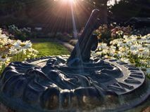 Sundial in einem Garten stockfotografie