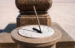 sundial Installerat bredvid monumentet till Paul på ståtajordningen av den Gatchina slotten Arkivfoto