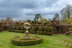 Sundial kalendarz w ogródzie zdjęcia stock