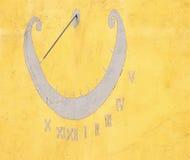 Sundial na kolor żółty ścianie Zdjęcia Stock