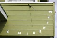 Sundial na parede imagem de stock
