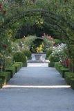 Sundial no jardim de rosas Fotografia de Stock