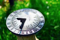 Sundial prima di mezzogiorno Fotografie Stock Libere da Diritti