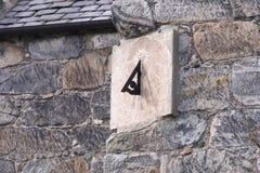Sundial sulla parete fotografia stock libera da diritti