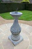 Sundial in un giardino convenzionale Immagine Stock