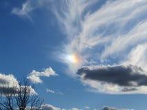 Sundog en cielo azul con las nubes de cirro Imágenes de archivo libres de regalías