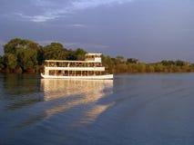 Sundowner på den Zambesi floden i Zambia arkivbilder
