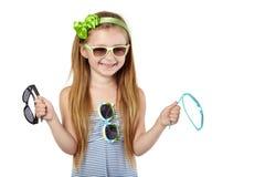 sundress的小女孩与四副太阳镜 免版税库存照片
