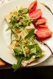 Sundwiches del pane e del burro di dieta di Vegeterian con le foglie verdi Immagini Stock